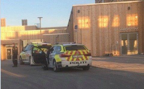 MULIG STRAFFBAR HANDLING: Politiet har iverksatt etterforskning i tilknytning til Mjøstårnet i Brumunddal fredag. De mistenker at en straffbar handling har funnet sted, men nekter å si et eneste ord om hva.
