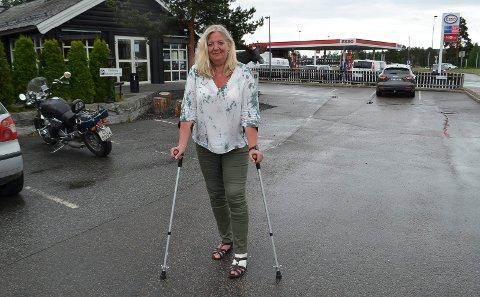 PÅ KRYKKER: Ordfører Lillian Skjærvik (Ap) må bruke krykker etter å ha skadet foten i et fall på ordførerkontoret.