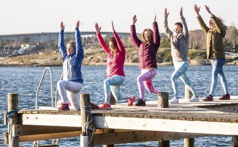 Nå er de i gang: Cathrine Gjessing, Marie Johansen-Gravdal, Annelise Mørken, Ingrid Fevang og Mikaela Oshaug Lindeland er til sammen 26 jenter i Vårt Yogarom. Foto: Karl-Wilhelm Kirkedam