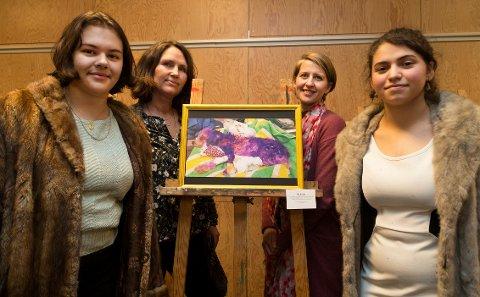 Fra venstre: Naomi Silverio Thorsen, Sølvi Jordhøy(lærer), Elisabeth Pihl(lærer) og Isabel Marqueses Vieira. Bildet av hunden som ble malt lilla, og nesten døde av det, inspirerte til forestillingen om dyrerettigheter.