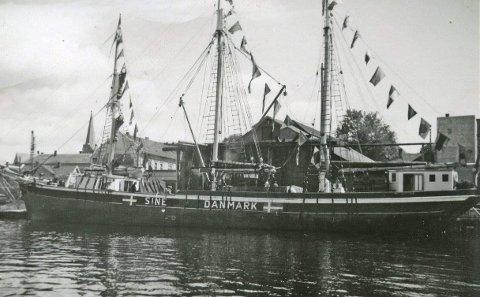 «Sine» fotografert i Porsgrunn på Danmarks grunnlovsdag, 5. juni 1945.