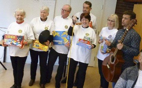 Langesund Rotary Club kom på besøk til VIVA på selveste valentinsdagen. De hadde favnen full av spill og instrumenter, som skal brukes i språkundervisningen.