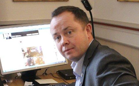 Ordfører Robin Kåss har slettet en Facebook-tråd der han får sterkt kritikk for håndteringen av Villa Frednes-saken