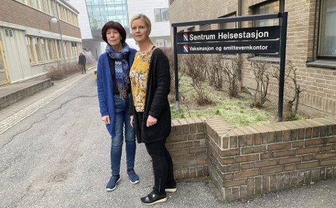 P-PROBLEM: – Vi har tatt det opp, men får ikke gjort noe med det, sier Øverland og Torvik. Ansatte på helsestasjonen parkerer på gamle Urædd og må betale 600 kroner måneden i p-avgift til kommunen.