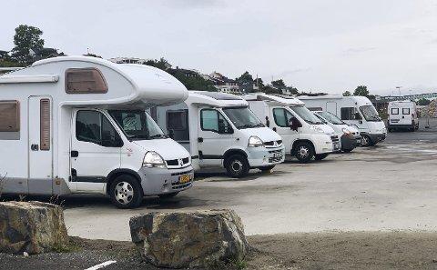FREMDELES MANGE: Det er fremdeles mange bobilturister som benytter seg av parkeringa på Smietangen. Bildet viser bobiler på Smietangen torsdag 22. august. Da sto det 11 biler pa