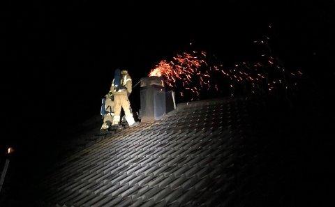 Flammer og gnistregn sto ut av pipa da brannvesenet kom.
