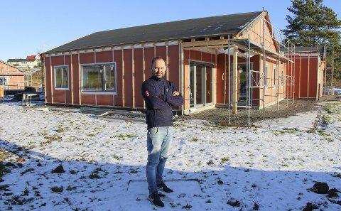 Nytenkende: Martin Levernes i Steinar Levernes AS viser frem boligprosjektet Bekkevoldtunet. Foto: Beate Sloreby