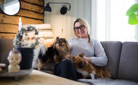 Stortrives: May Kristin Opsund flyttet til Sønstegaardbråten sammen med mannen Bjørnar i fjor. Mye har skjedd på den gamle husmannsplassen siden da.Foto: Marita Lundsrud Berg