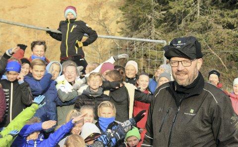 Ordfører Geir Waage sammen med elever fra Båsmo ungdomsskole utenfor en av de sikrede gangene til Båsmo Gruver.