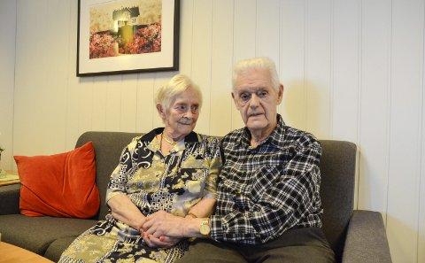 73 år: Nanny og Johan Johansen har bare hatt øye for hverandre, og gnisten er fortsatt til stede – etter 73 år. – Han begynte å springe etter meg da jeg var 15 år, forteller Nanny lattermild. Foto: Toril S. Alfsvåg