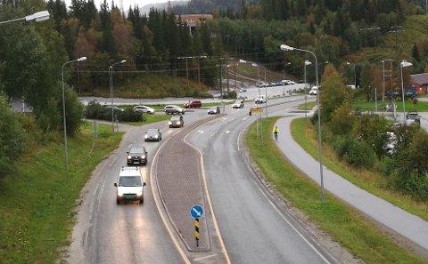 Her på Fv. 12 ved Mjølan skal det bygges en rundkjøring og ellers gjøres sikkerhetstiltak ettersom det blir enda flere elever som skal bruke området.