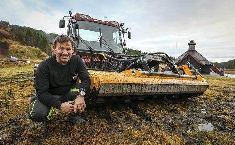 Skillevollen Alpinsenter har tatt i bruk beitepusser på trakkemaskinen. Driftsleder Kurt Vonheim er fornøyd med resultatet. – Med årene blir det som en plen i bakkene, sier han. Foto: Øyvind Bratt