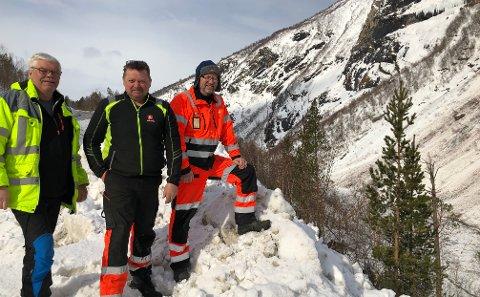 Harald Vassbakk, oppsynsmann i Saltdal kommune, Per Arne Erntsen, maskinfører i NVE og Erling Hansen, kontrollingeniør i Statens vegvesen, var på befaring i dag.