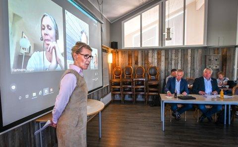 Helgelandssykehusets Hulda Gunnlaugsdottir er tydelig på at det nye DMS-et som er under oppseiling i Brønnøysund er utredet og styret holdt orientert, mens ordfører Peter Talseth i Alstahaug (t.h.) vil ha svar på hvilke konsekvenser det kan få for aktiviteten ved sykehuset i Sandnessjøen. Ved Talseths side t.v., rådmann Børge Toft.