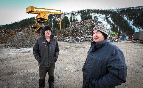 Guttene har vært jobbet i 50 år i industriparken og er i dag ansatt ved Mo Industritransport hvor de kjører kran og styrer vekta på all transport ut og inn av verket. Per Henki Andreassen (Pekka) og Gustav Flatås.