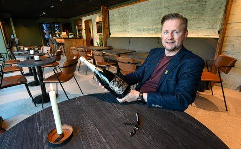 - Her er det lov å komme inn bare for å kjøpe seg et glass vin, sette seg ned og kose seg, sier daglig leder Tommy Skog i Rust Vinbar.