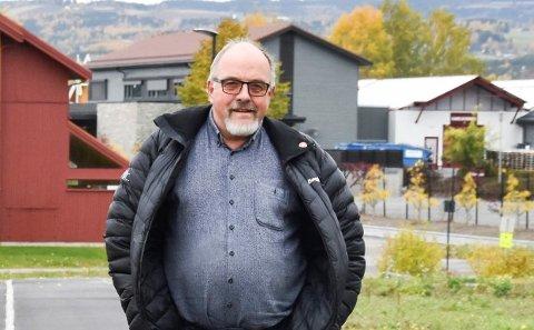 BEKYMRET: Ap-politiker Arne Skarseth forteller at han har snakket med flere som er bekymret for økt trafikk på lokalvegene etter at bommen på E6 sør for Rudshøgda ble skrudd på. Nå tar han til orde for mer gang- og sykkelveg.