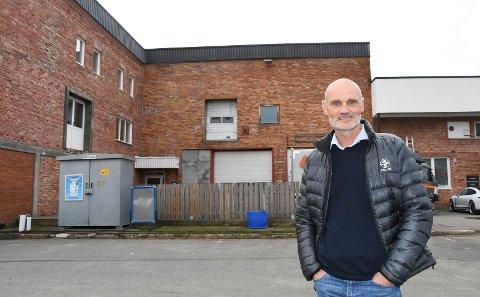 Jobber med nytt tilbud: Brumunddal Fotball har planer om å etablere et helt nytt tilbud utenfor Sveum. Styreleder Stian Skarpnord står foran det aktuelle bygget.