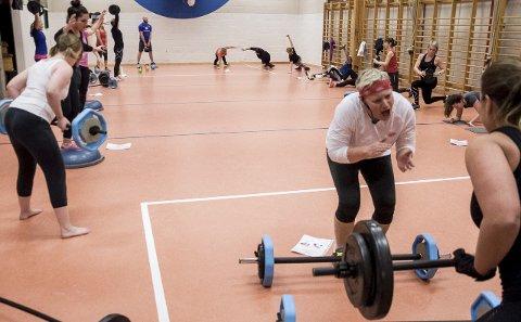 Instruktør Mari Lunder gjør det hun kan for å motivere deltakerne på sirkeltreningen i gymsalen på Toso. Friskis & Svettis er i gang igjen på Jevnaker.