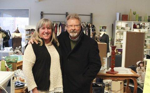 Anne Ruud og Kai Petter Rasch, ny daglig leder, har lagt merke til at flere ungdommer stadig er innom butikken i Storgata.