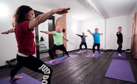 Yogalærer Kjersti Idem har egne gruppetimer for menn. Foto: Tom Gustavsen