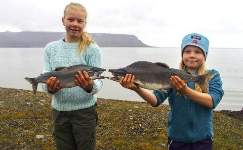 Rare fisker: Mathilde (t.v.) og Sofie Vogt fra Lørenskog er land og strand rundt for å fiske. Nå har de fanget stillehavslaks ved Svalbard. Pappa fikk «bare» ishavsrøye. Alle foto: Privat