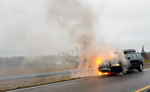 I FULL FYR: Jannicke Nyborg hadde barna i bilen da det begynte å brenne. Ingen personer ble skadd i brannen.