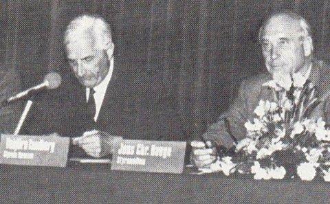 Lederne: Her ser vi Vebjørn Tandberg og Jens Chr. Hauge under et styremøte i Tandbergs Radiofabrikk.
