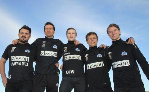 Hawar Saleh (t.v.), trener Karl Andre Hovde, Ole Fredrik Westheim, Magnus Pettersen Hovde og Sondre Haugen og resten av Kløfta-laget tar ferie på bronseplass i 4. divisjon.