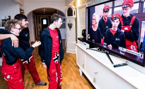 Joakim Øie Moe, Abdulkader Kader Kareni og Oscar Pettersson synes det er stas å se opptaket fra de var på «God morgen Norge» på TV 2. Foto: Vidar Sandnes/ Privat
