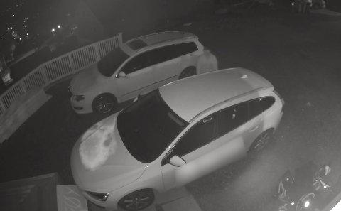 Denne overvåkningsvideoen er tatt fra bakgården til Håkon Alfheim rundt klokka to natt til mandag. Personen som forsøkte å komme seg inn i bilen gikk bort fra stedet, da han oppdaget kameraet.