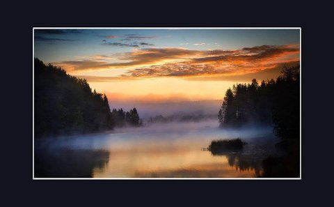 Fotovinner for september og uke 38. Et stemningsfullt bilde der den fargesprakende himmelen speiler i vannet omkranset av morgentåka. Bra!