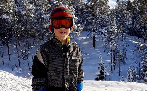 Teo Norling (8) på snowboard i skileikanlegget ved Fremadbanen.