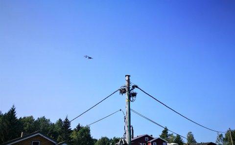 LURER PÅ HVORFOR: Flere reagerte da et helikopter fløy lavt fram og tilbake over Slemmestad og omegn, og lurer på hva som er grunnen.