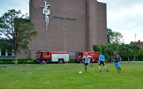 TRENING: Brannmannskapene er pålagt å trene regelmessig. Her spiller de fotball i Badeparken mens brannbilene står klare til utrykning.