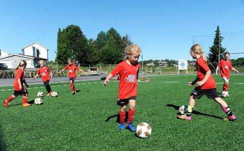 LÆRE MER: Josefine Søtorp (7år) gledet seg til å lære mer fotball under uka med fotballskole.