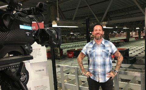 KLART FOR DIREKTESENDING: Programleder Tarjei Strøm besøker blant annet Komplett i Sandefjord i kveldens «Norge nå»-episode på NRK.