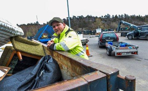 FAGARBEIDER: Christian Strand og de andre karene på Kastet har travle dager med å veilede og rydde etter alle som kommer for å kaste ting og tang.