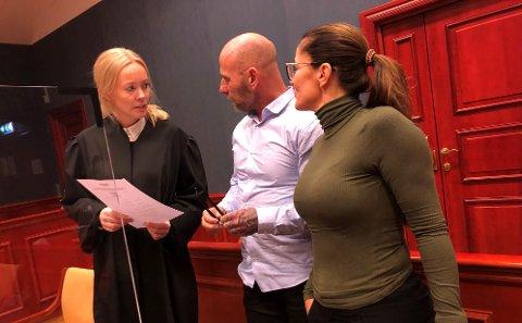 SISTE DAG: Advokat Kjersti Bolstad (t.v.) ba Agder lagmannsrett om å forkaste anken på rettssakens siste dag. Her konfererer hun med sine klienter Bjarne Johansen og Lene Brenna.