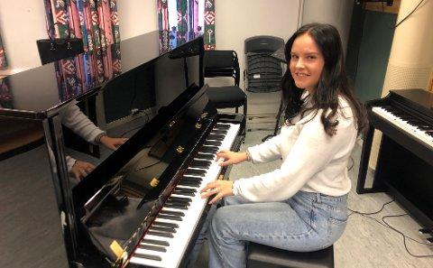 SANGFUGL: Thea elsker å synge og spille. På MDD på SVGS får hun gjort begge deler. Det, og det gode miljøet, hjelper henne gjennom videregående.