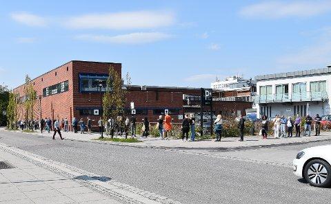 MANGE METER: Polkøen 14. mai var lang. – Så lang kø har jeg aldri sett før, sa en forbipasserende. FOTO: Vibeke Bjerkaas