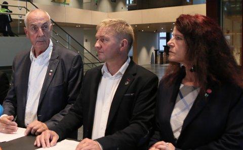 FIKK MELDING: Stanley Wirak (t.v) sier kommunen har mottatt formell beskjed fra hovedstyret i FNB om at Ellen Karin Moen og John Hov ikke kan representere partiet i noen sammenheng. Sandnes FNB er uenige i at ekskluderingen er gjeldende. Her er Wirak avbildet med Pål Morten Borgli og Ellen Karin Moen den dagen samarbeidsavtalen ble presentert.