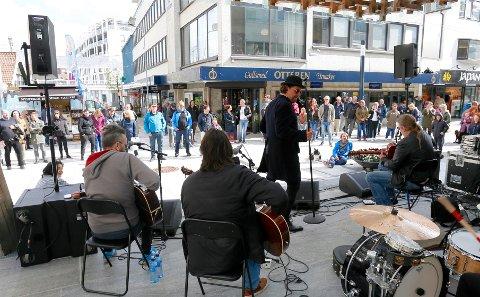 Her fra Ingenting sin konsert i Lanternen. Nå skal nye musikere og sangere få skape liv i sentrum hver lørdag fram til oktober.
