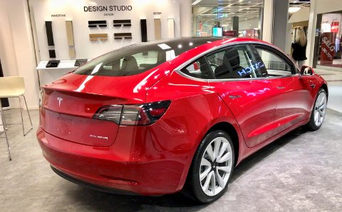 SERVICESENTER: Tesla har en pop-up butikk på Stopp der selskapet viser fram Model 3. Nå skal selskapet også etablere servicesenter i Sarpsborg.
