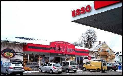 45-åringen som har sittet varetektsfengslet siden januar i år, innrømmer nå at det var han som utøvde vold mot en ansatt ved Esso-stasjonen i Sandesund natt til tirsdag 22. januar i år. Denne uka ble han varetektsfengslet i ytterligere fire uker.