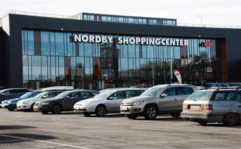 En mann i 50-årene ble utsatt for flere tilfeller av vold og trusler etter at han snakket inn en 32-åring etter et butikktyveri på Nordby Shoppingsenter tidligere i år. Nå er tre personer dømt for vold mot ham.
