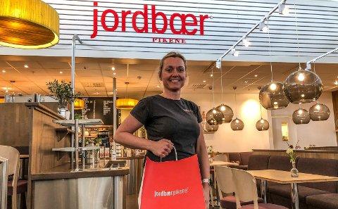 ÅPNET IGJEN: Innehaver Linn Starup i Jordbærpikene på Amfi Borg har åpnet opp både for gjester i kafeteriaen og for take away etter flere uker med koronastengt.