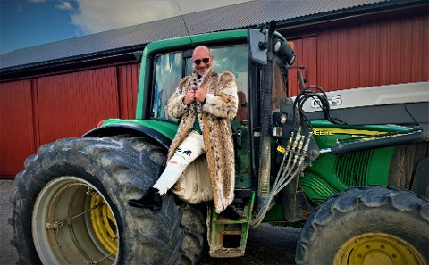 Atle Hoff forlot Spydeberg for å oppdage verden. Den reisen tok ham helt til Hollywood. Nå er han tilbake i hjembygda, som bonde.