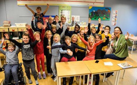 VIKTIG RØRE: Fylkesrådsleder Tonje Brenna ( i midten) håper flere Viken-skoler gjør som skolen i Våler, som har vært RØRE-skole i tre år, her med gjengen fra 4. klasse. Til høyre ser vi prosjektleder for RØRE Viken, Cathrine Røed-Gundersen.