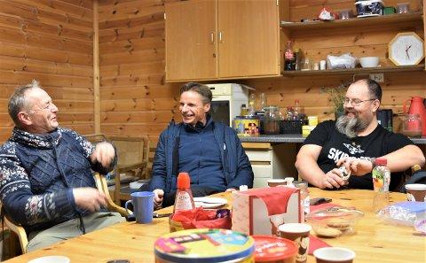 LOJALE ANSATTE: Sjef for Holli Mølle, Trygve Nesje (t.v.) har mange anekdoter å dele om en av hans viktigste ansatte, Knut-Martin Langeland (t.h.). Jens Petter Langsæther (i midten) i Deltagruppen, er mannen som førte dem sammen for nær ti år siden.